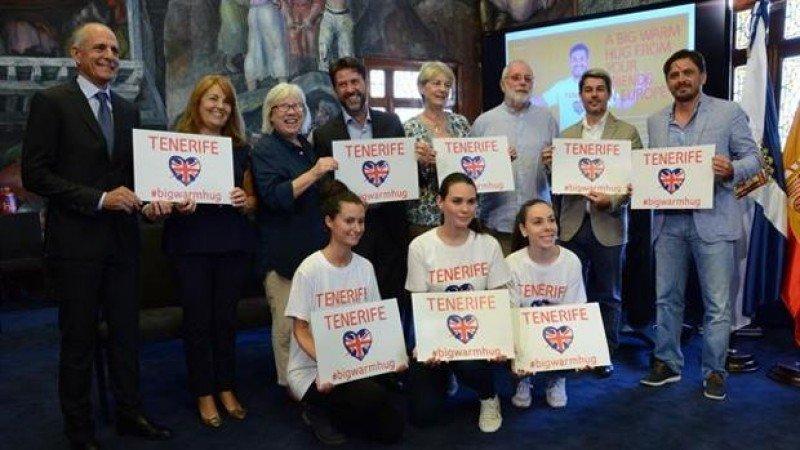 Tenerife se anticipa al Brexit con la campaña 'Abraza a un británico'