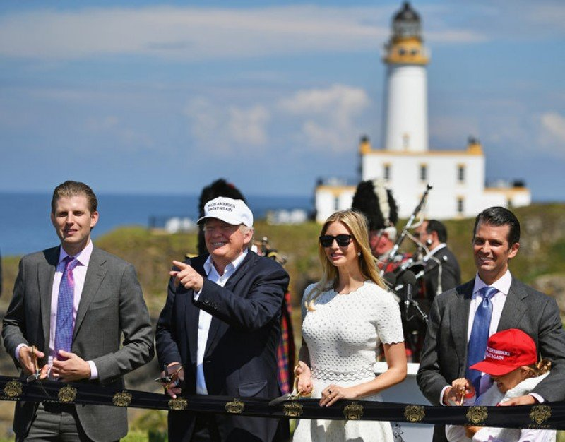 Donald J. Trump en su resort de Escocia, con sus hijos Junior, Ivanka y Eric y su nieta Kay. Credit Jeff J Mitchell/Getty Images
