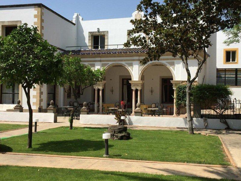 El hotel Duques de Medinaceli ocupa una Casa Palacio del siglo XVIII que mantiene su estilo clásico pero fusionado con las últimas tendencias hoteleras.
