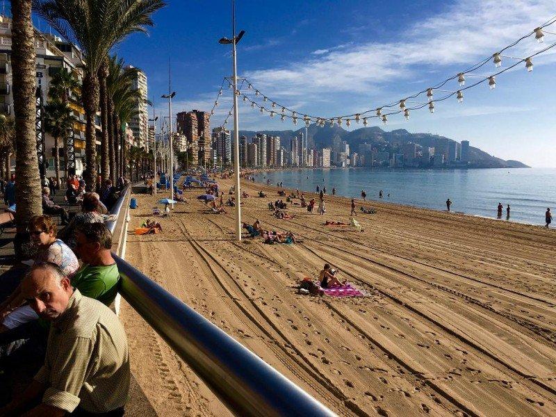 El buen clima y el alargamiento de la temporada en España han provocado que encabece por segundo año consecutivo  las pernoctaciones turísticas de la UE.