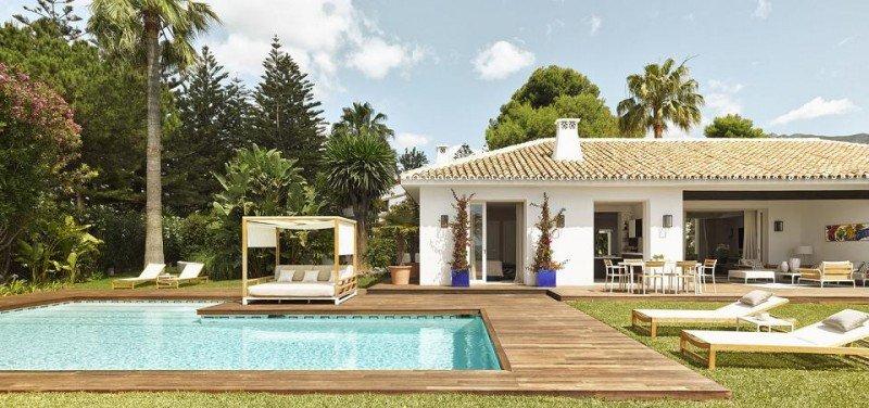 Villa La Pereza dispone de cuatro dormitorios, dos de ellos con vistas al mar, y un amplio jardín.
