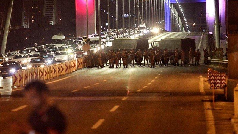 Los puentes sobre el Bósforo han sido cerrados por los sublevados.