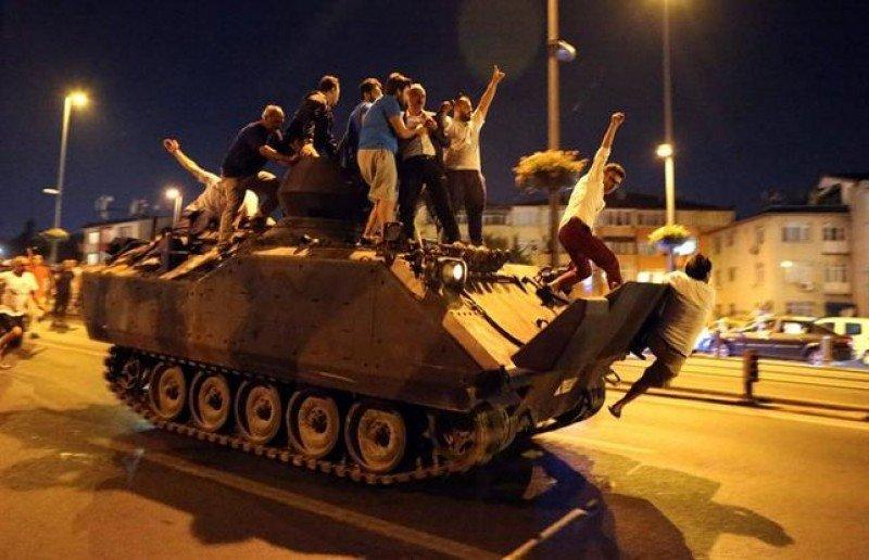 La población hizo caso a Erdogan y salió a la calle a enfrentarse a los tanques.
