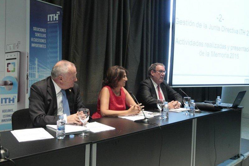 De izq. a dcha, Jesús Gatell, Isabel Borrego y Joan Molas en la Asamblea Anual del ITH.
