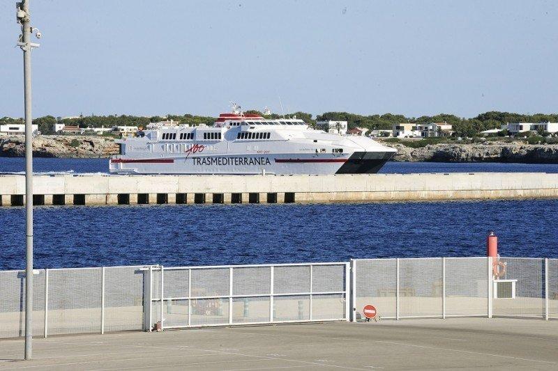 El buque Alcántara Dos a su llegada al Puerto de Ciutadella.