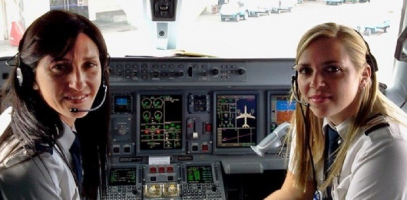 Piloto y copiloto argentinas Ana Maluff y Nuria Estébez, de la compañía Austral. No son las profesionales a la que está referida la información (foto: Gustavo Fabbro vía Roberto J. Gómez).