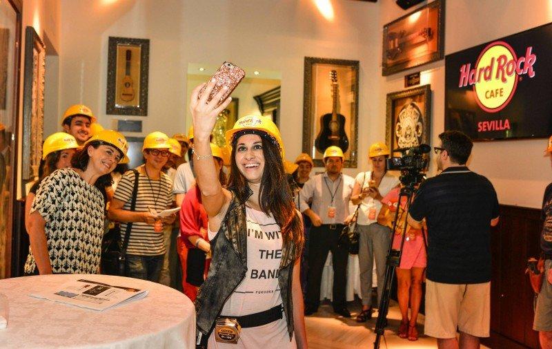 La diseñadora Hala Khalaf viaja por todo el mundo supervisando la colección.