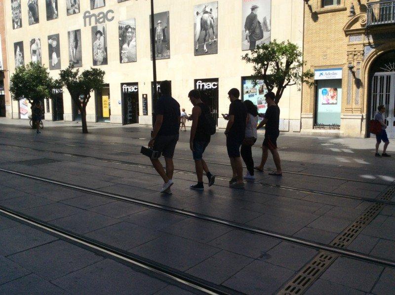 En calles céntricas y parques se encuentran numerosos grupos de jóvenes que guian sus pasos por los planos del juego.