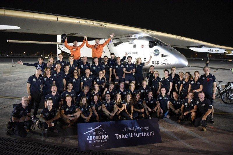 El avión Solar Impulse II completa su vuelta al mundo sin combustible