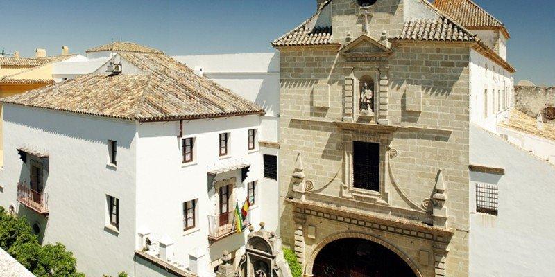 El hotel Monasterio de San Miguel 4* es un hotel de corte histórico que ocupa un antiguo monasterio del siglo XVIII en El Puerto de Santa María (Cádiz).
