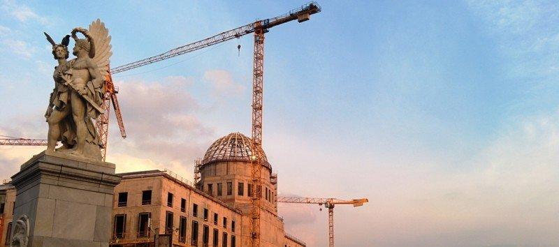 Obras de construcción del Humboldt Forum en Berlin, cuya estructura y fachada será una réplica del Palacio Real, derruido en 1950.