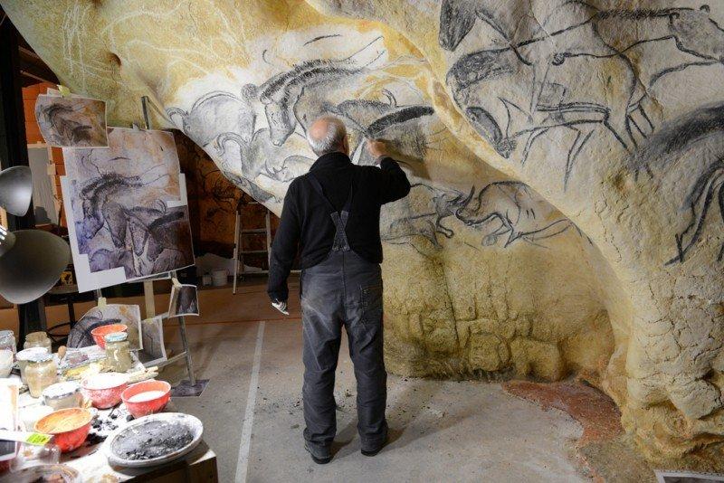 Un artista trabaja en la decoración de la neocueva de Pont d'Arc, Francia. La original se descubrió en 1995 y sus pinturas datan de hace 36.000 años.