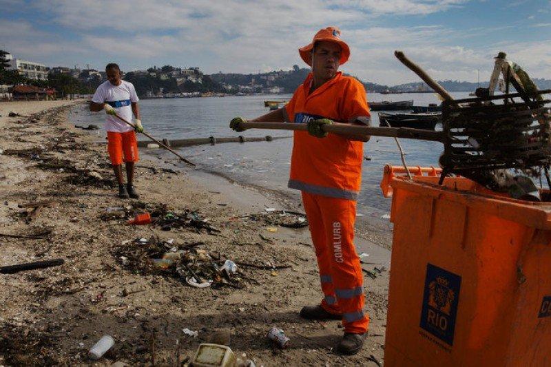 Limpieza  de restos en la Bahía de Guanabara. Foto: Lalo de Almeida para The New York Times.