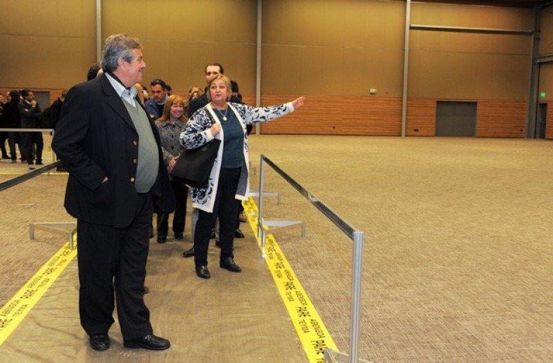 Autoridades recorren el nuevo Centro de Convenciones en el acto de entrega.