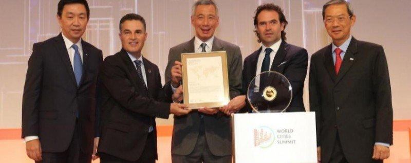 El alcalde de Medellín, Federico Gutiérrez, y el exalcalde Aníbal Gaviria, recibieron el galardón de manos del Primer Ministro de Singapur, Lee Hsien Loong.
