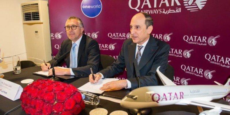 El CEO de LATAM, Enrique Cueto firma el acuerdo con el director ejecutivo de Qatar Airways, Akbar Al Baker.