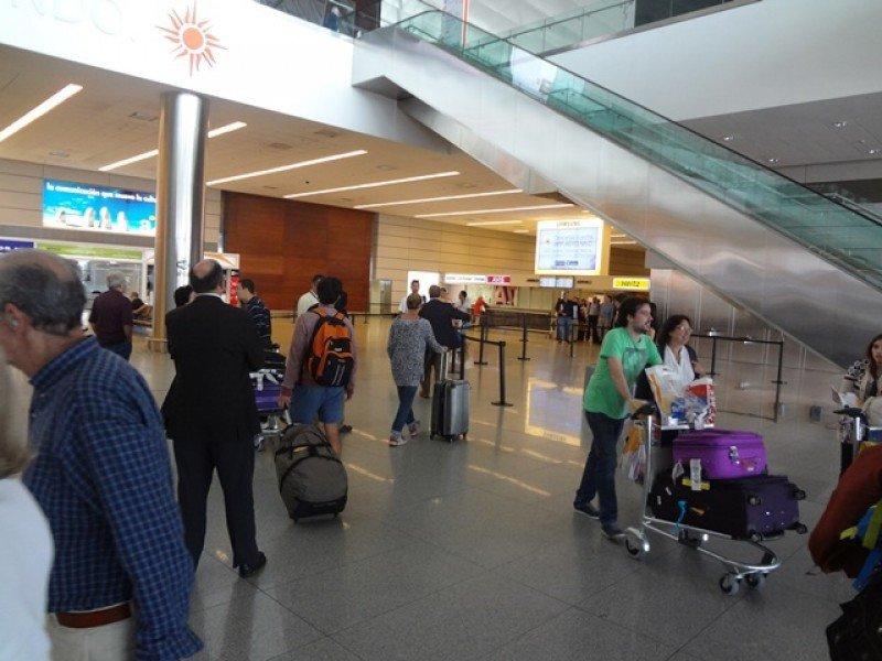 Viajeros arribando al Aeropuerto de Carrasco.