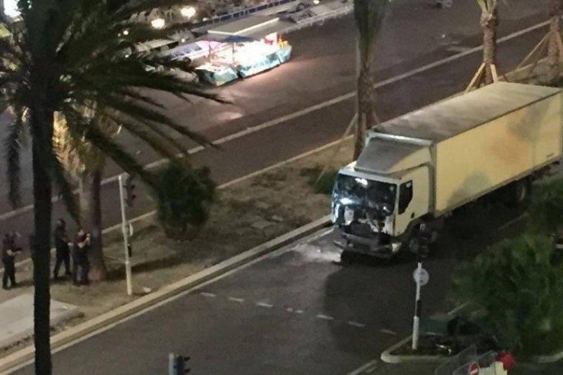 El camión avanzó varias cuadras a alta velocidad por el medio de la multitud.