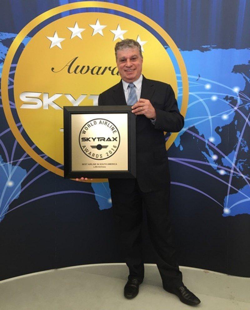 José Maluf, del grupo LATAM Airlines con el premio recibido en Inglaterra.