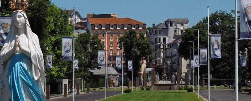 Los hoteles Ambassadeurs y Nazareth está situados en Lourdes.