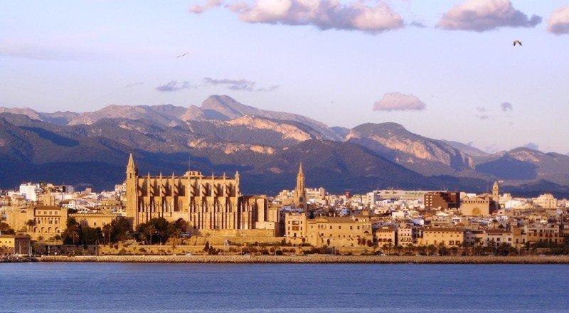 Imagen de Palma de Mallorca y su catedral desde el mar.