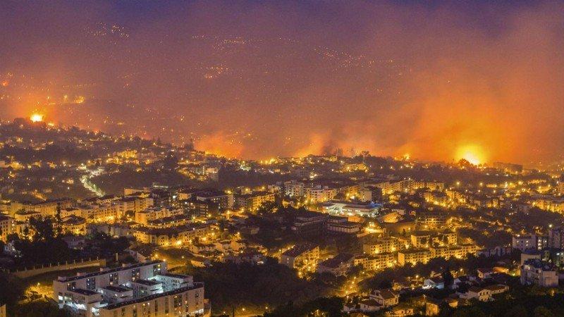 Imagen de los peores momentos del incendio que comenzó el pasado lunes un pirómano a las afueras de la capital de Madeira.