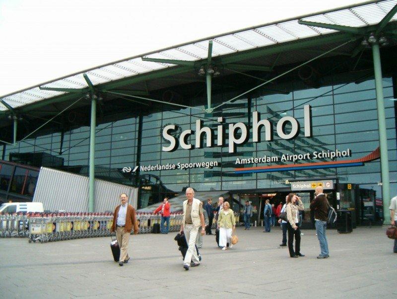 La huelga se ha prohibido por la afluencia de viajeros en verano y la amenaza terrorista en el aeropuerto de Amsterdam, donde se ha reforzado la seguridad.
