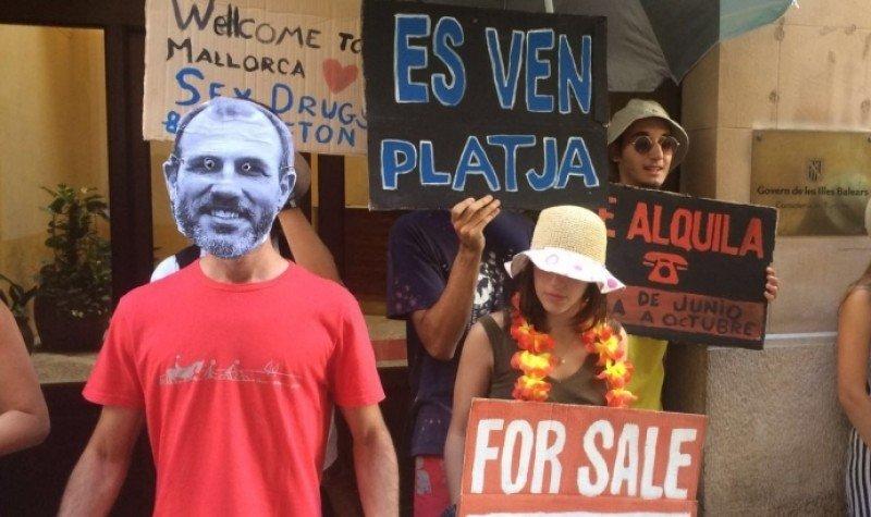 Protesta del GOB llevada a cabo este viernes en Palma de Mallorca ante la consejería de Turismo de Baleares.