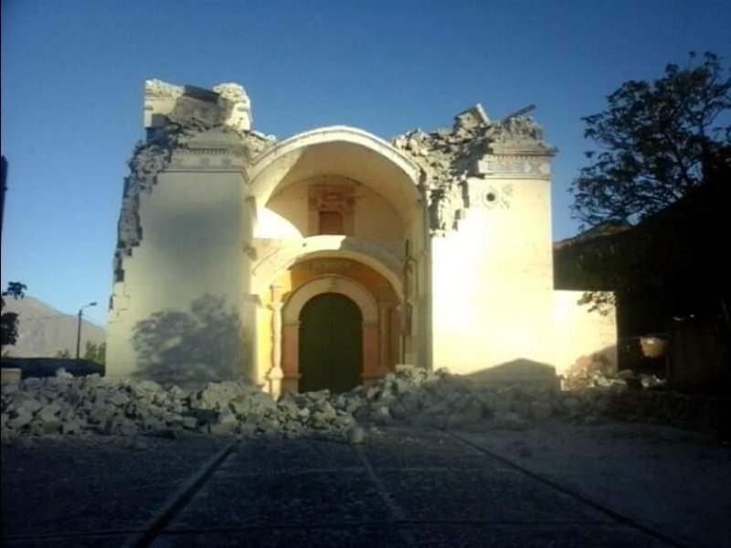 La iglesia de Ichupampa se ha derrumbado tras el seísmo. Imagen: Indeci.
