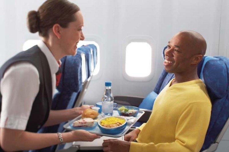 Los pasajeros de clase turista en vuelos de menos de ocho horas y media recibirán una comida gratuita en lugar de dos.