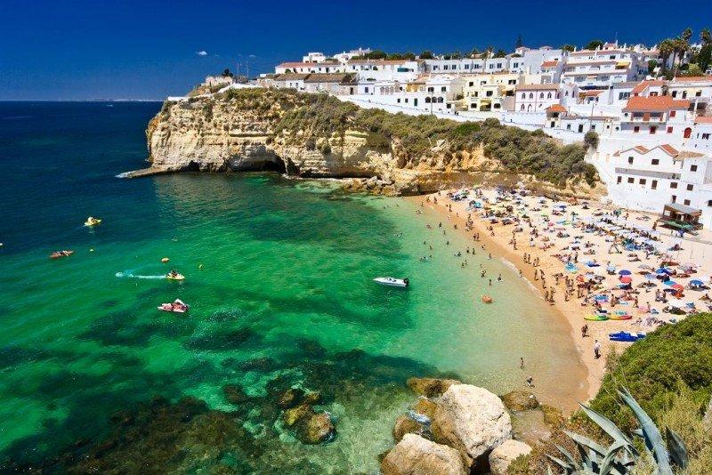 El Algarve, junto con Lisboa, acumulan más de la mitad de los 23 millones de pernoctaciones registradas hasta junio en el país vecino.