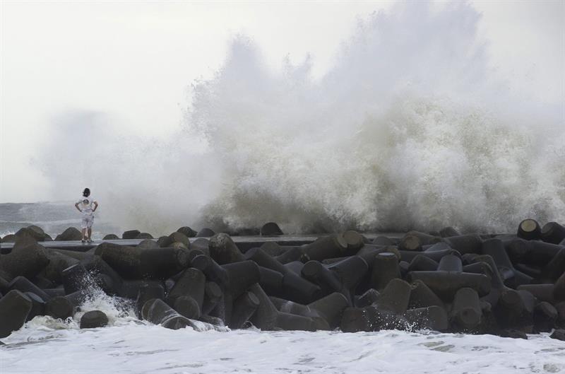 Decenas de vuelos cancelados y mil evacuados en Japón por el tifón Chanthu