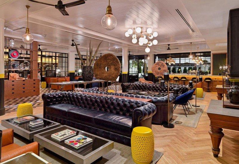 En su amplio lobby se mezclan detalles y esculturas de diferentes estilos que proporcionan al espacio una personalidad única.