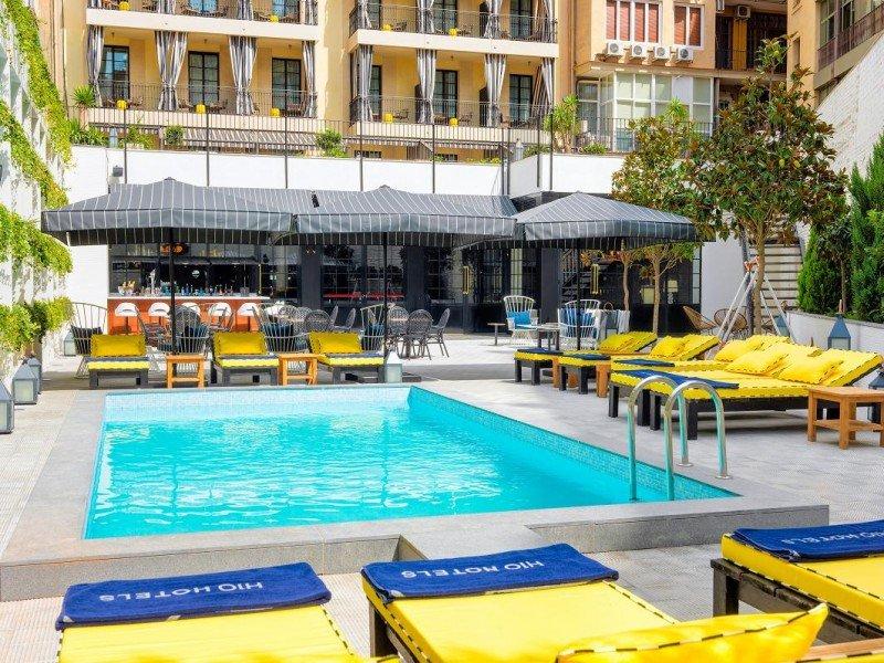 La terraza del bar Edén, con piscina y jardín vertical, acoge la propuesta de afterworks los 'Atardeceres prohibidos'.