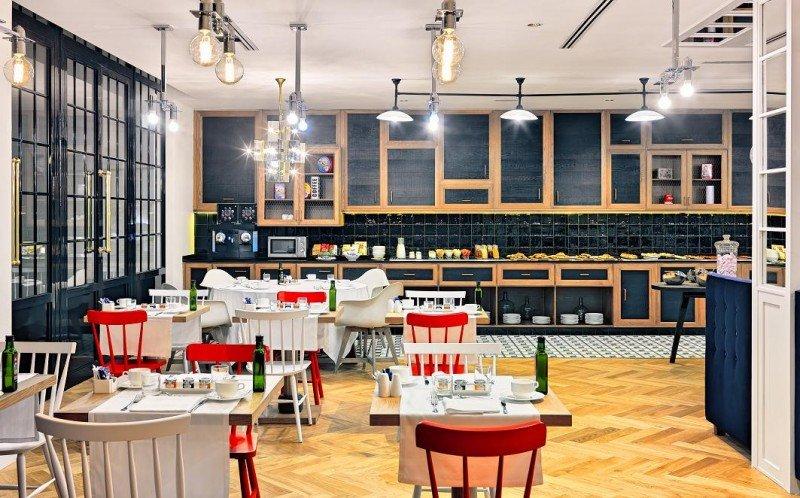La decoración del restaurante The Kitchen, donde se sirve el desayuno buffet y almuerzos y cenas bajo petición, recrea una cocina de época.