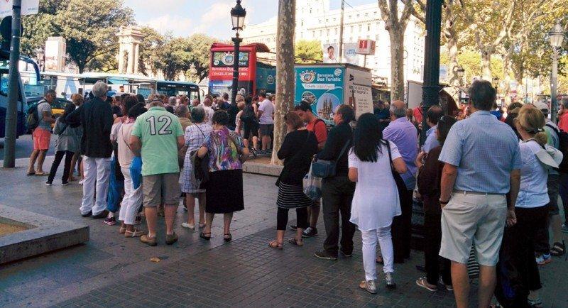 Turistas haciendo cola para subir al Bus Turístico de Barcelona.