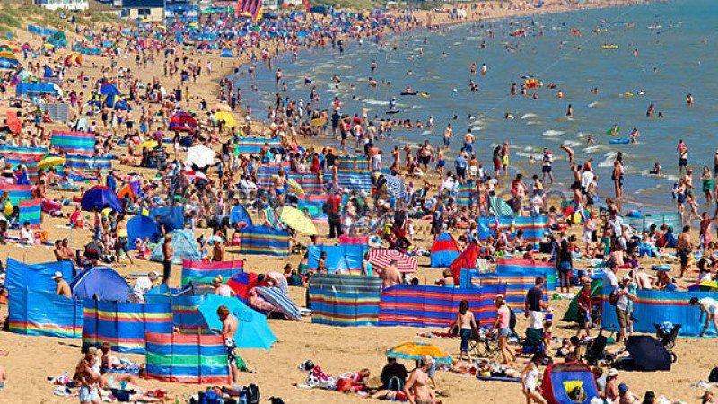 La playa de Camber Sands, en el sur de Inglaterra, está a rebosar estos días.