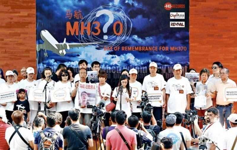 Familiares de víctimas del vuelo MH 370 de Malaysia Airlines continúan exigiendo respuestas.
