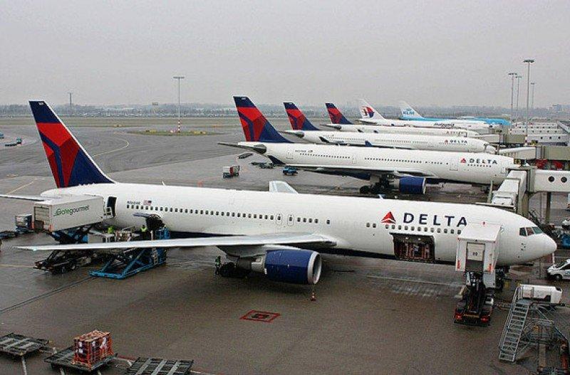 """Aerolínea Delta anuncia """"cancelaciones a gran escala"""" por apagón informático"""