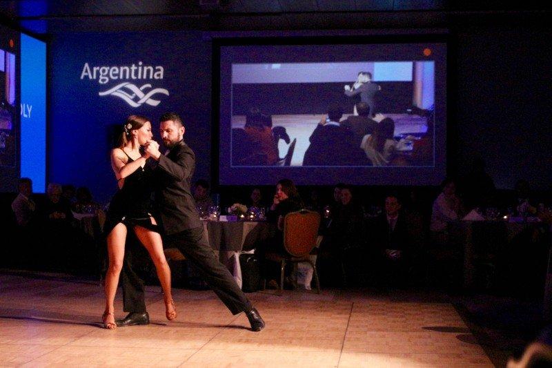 Durante la Noche Argentina en Santiago se mostraron la gastronomía local, los vinos y shows artísticos.