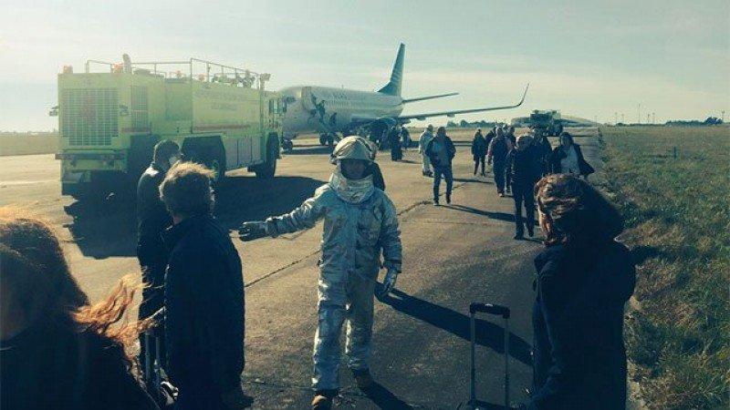 El avión fue evacuado en la pista de Carrasco tras una denuncia de un pasajero al 911. Foto: Federico Lemos.