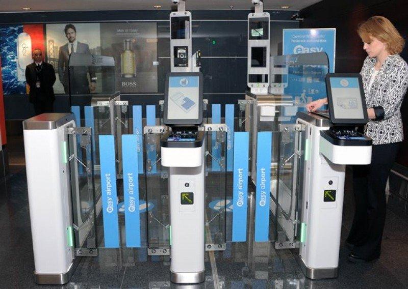 Nuevas pasarelas de autogestión de documentación en sector de arribos del Aeropuerto de Carrasco.