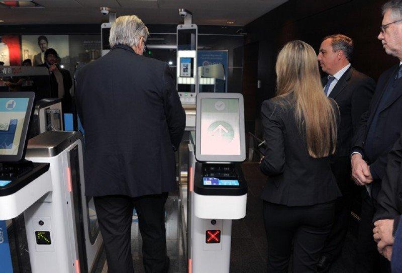 Ministro Bonomi prueba el sistema en la inauguración.