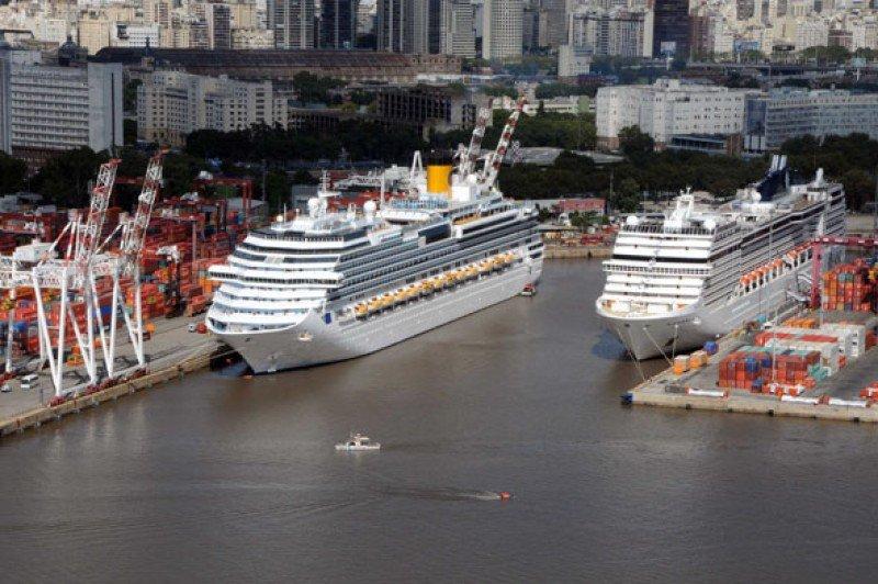 Cruceros en la terminal Benito Quinquela Martín del puerto de Buenos Aires.