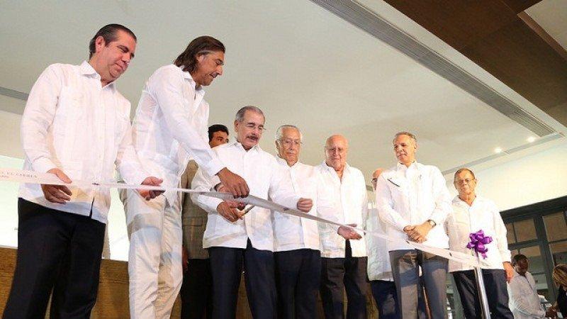 Danilo Medina, presidente de la República, corta la cinta inaugural del nuevo centro hotelero del grupo Excellence Group Luxury Hotels.