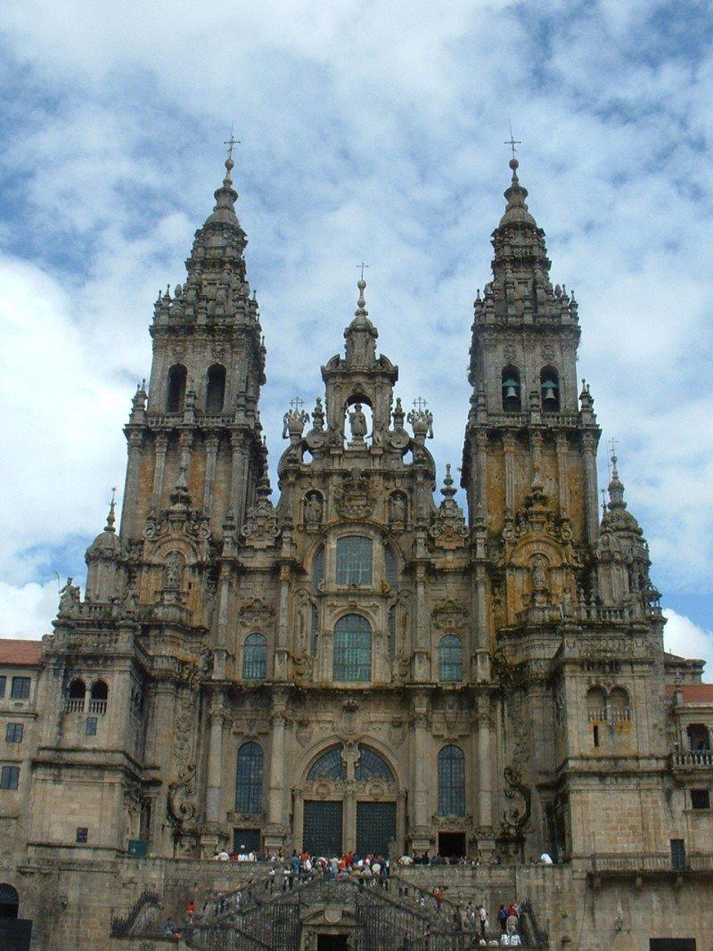 El Camino de Santiago, que culmina en la catedral de la ciudad, contribuye a la promoción internacional de Galicia y a la desestacionalización de su actividad turística.