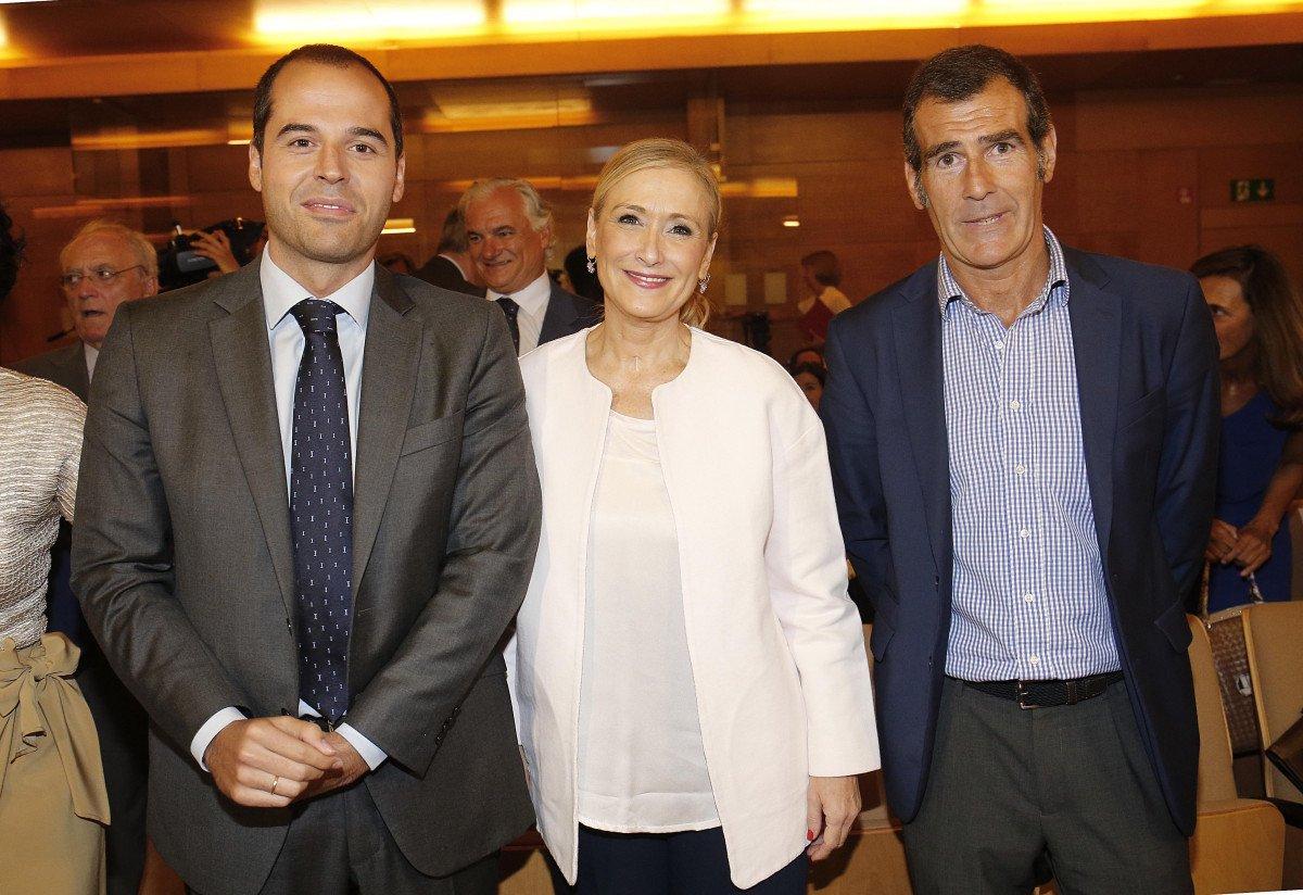 Ignacio Aguado, portavoz de Ciudadanos en la Asamblea de Madrid; Cristina Cifuentes, presidenta regional, y Carlos Chaguaceda, director general de Turismo.