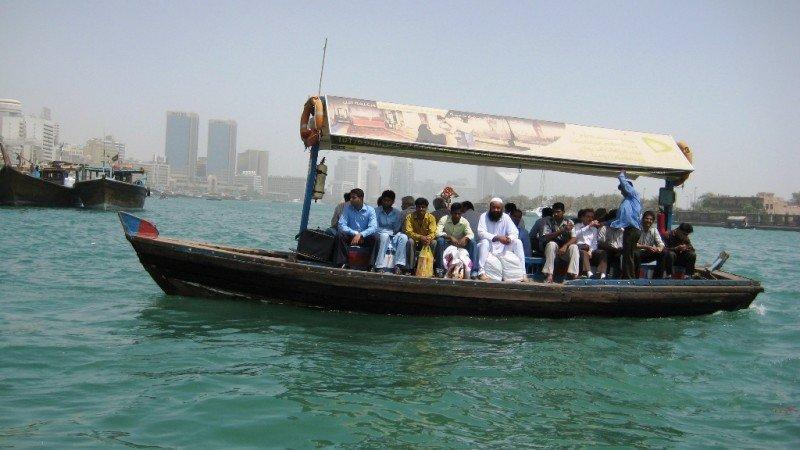 Barcas de pasajeros en la ensenada de Dubai.