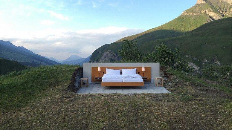 Aunque con suelo convencional, la habitación no dispone ni de techo ni de paredes para que el cliente se sienta el centro de la experiencia.