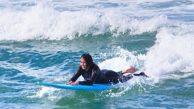En el Westin del aeropuerto de Los Angeles ofrecen paquetes de surf con todo el material y una noche de estancia para los hombres y mujeres de negocios con una escala larga en la ciudad.